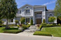 Großes luxuriöses Vorstadthaus für das Leitprogramm mit einer Familie Stockbild