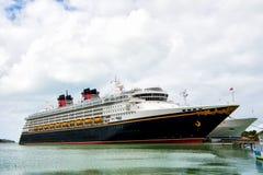 Großes Luxuskreuzschiff Disney wundern sich auf dem Hintergrund des Meerwassers und des bewölkten Himmels, der am Hafen von Nassa Lizenzfreies Stockbild