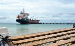 Großes Mais-Insel-Nicaragua-Öltankerdock auf Picknick-Mitte-Strand Stockbilder