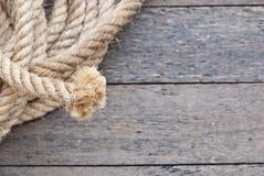 Großes Marineseil auf hölzerner Planke Lizenzfreies Stockfoto