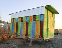 Großes mehrfarbiges mobiles Bienenhaus für 48 Bienenstöcke Holzhaus für Bienen Lizenzfreie Stockfotografie