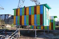Großes mehrfarbiges mobiles Bienenhaus für 48 Bienenstöcke Holzhaus für Bienen Stockfotos