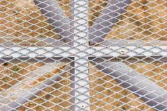 Großes Metallgitter mit rohem Draht des Stahleisens, Himmelkorridor am Zoo in Thailand Lizenzfreie Stockbilder