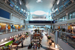 Großes modernes Einkaufszentrum im Dubai-Flughafen Lizenzfreies Stockfoto