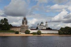 Großes Novgorod.Yurev-Kloster mit Volkhov. Stockfotos
