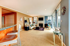 Großes offenes Buchtwohnzimmer mit Kamin, Fernsehen und modernen Möbeln. Lizenzfreie Stockbilder