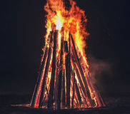 Großes orange Feuer mit Funken stockbild