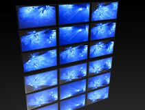Großes Panel von Fernsehapparaten Stockfotos