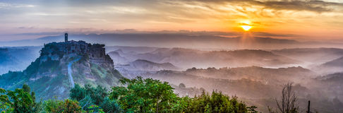 Großes Panorama von Bagnoregio an der Dämmerung in Italien Lizenzfreie Stockfotografie