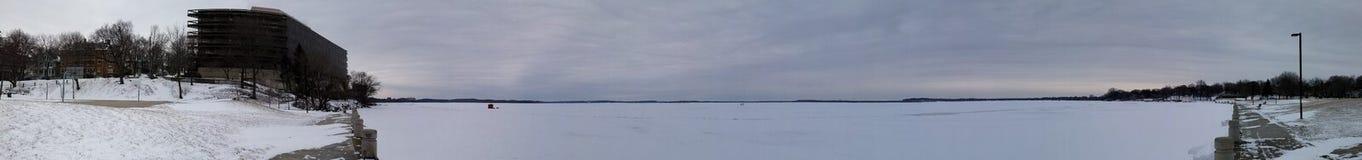 Großes panoramisches von einem gefrorenen Schneesee im Winterwetter mit kalter Temperatur lizenzfreies stockbild