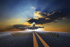Großes Passagierflugzeug, das über Flughafenrollbahn fliegt lizenzfreies stockbild