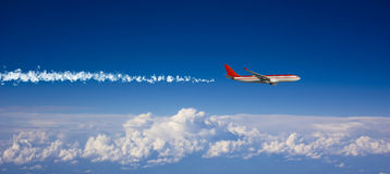 Großes Passagierflugzeug im blauen Himmel Lizenzfreie Stockfotos