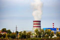Großes PfeifeKraftwerk in der Stadt, in der Luftverschmutzung, in der Ökologie und in der Industrie lizenzfreies stockfoto