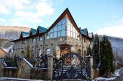 Großes privates Haus in den Karpatenbergen, Ukraine Lizenzfreie Stockbilder