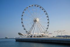 Großes Rad auf dem Damm des Kaspischen Meers am sonnigen Tag Baku, Aserbaidschan stockfotos
