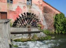 Großes Rad einer alten verlassenen Wassermühle Lizenzfreie Stockfotografie