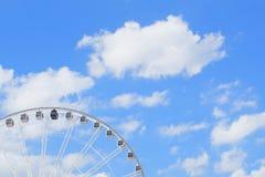 Großes Rad mit blauem Himmel und weißer Wolke Lizenzfreies Stockbild