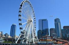 Großes Rad und Seattle-Skyline Lizenzfreie Stockfotos