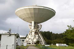 Großes Radioteleskop auf Hintergrund des bewölkten Himmels Lizenzfreie Stockbilder