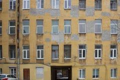 Großes Reihenhaus mit vergipsten Wänden Stockfotos