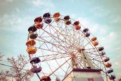 Großes Riesenrad herein den Park gegen den blauen Himmel, einen Platz für Unterhaltung und Erholung Lizenzfreies Stockfoto