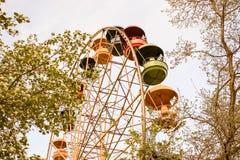 Großes Riesenrad herein den Park gegen den blauen Himmel, einen Platz für Unterhaltung und Erholung Lizenzfreie Stockfotografie
