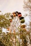 Großes Riesenrad herein den Park gegen den blauen Himmel, einen Platz für Unterhaltung und Erholung Stockbild