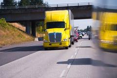 Großes Rig Semi Truck auf hohem Weise und LKW reflaction Lizenzfreies Stockfoto
