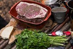 Großes rohes Steak mit Gewürzen Selektiver Fokus Stockfotos