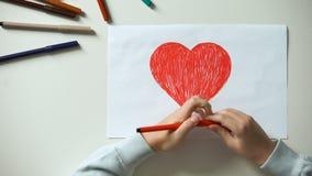 Großes rotes Herz der Kindermalerei, Heilig-Valentinsgruß-Tagesgeschenk, erste Liebe, Kindheit stock footage