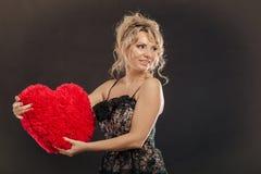 Großes rotes Herz der reifen Frauenumarmung Stockfotografie