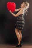 Großes rotes Herz der reifen Frauenumarmung Stockbilder
