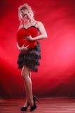 Großes rotes Herz der reifen Frauenumarmung Lizenzfreie Stockbilder