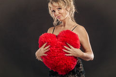 Großes rotes Herz der reifen Frauenumarmung Stockfoto