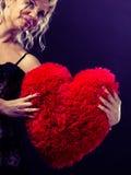 Großes rotes Herz der reifen Frauenumarmung Lizenzfreie Stockfotografie