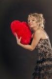 Großes rotes Herz der reifen Frauenumarmung Lizenzfreies Stockfoto