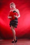 Großes rotes Herz der reifen Frauenumarmung Stockbild