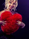 Großes rotes Herz der reifen Frauenumarmung Lizenzfreie Stockfotos