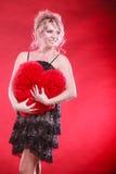 Großes rotes Herz der reifen Frauenumarmung Lizenzfreies Stockbild
