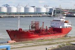 Großes rotes Schiff angekoppelt im Hafen Lizenzfreie Stockfotos