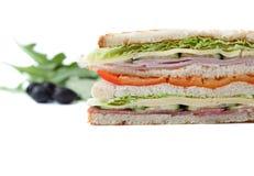 Großes Sandwich auf einem weißen Hintergrund Lizenzfreie Stockfotos
