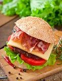 Großes Sandwich - Hamburgerburger mit Rindfleisch, Käse, Tomate Stockbild