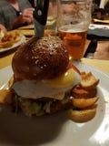 großes Sandwich mit Fleisch und Eiern stockbild