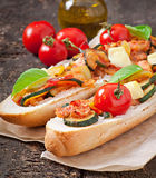 Großes Sandwich mit gebratenem Gemüse Lizenzfreies Stockfoto