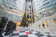 Großes Schach und ein Weihnachtsbaum im Hauptbüro Rosbank Stockfoto