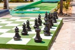 Großes Schachbrett und Schach auf der Straße, Cayo largo, Kuba Lizenzfreie Stockbilder