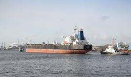 Großes Schiff, das in IJmuiden geschleppt wird Stockfotografie