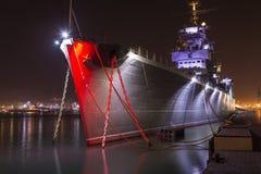 Großes Schiff an der Hafennachtzeit Stockfotos