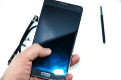 Großes schwarzes intelligentes Telefon mit weißem Boden lizenzfreies stockfoto