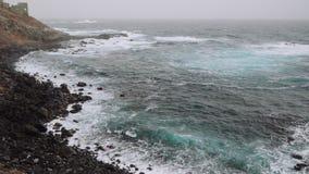 Großes Schwellen des Atlantiks Meereswogen, die auf der felsigen Küstenlinie von Santo Antao Island rollen Cabo Verde, Kap stock video footage